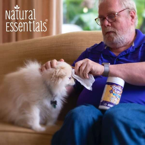 Dogington Post Publisher Harlan Kilstein cleans Pomeranian Kalba with Natural Essentials Pet Wipes - natural plant based Smilin' Eyes eye wipes